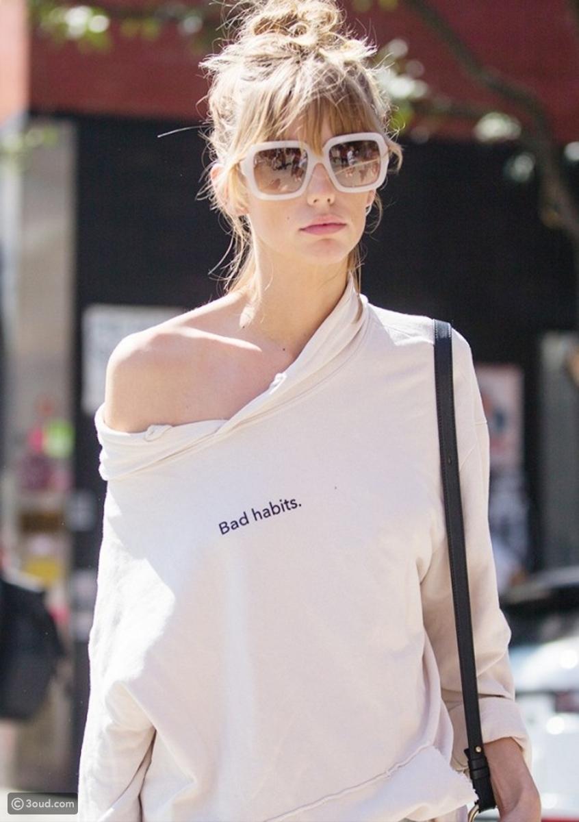0c127c03373f2 شاهدي أروع صيحات النظارات الشمسية التي شاهدناها خارج عروض أسبوع الموضة في  لندن لعام ٢٠١٧