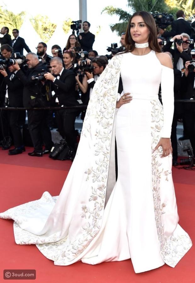 a9b13c406 ... المشاهير يتألقون في مهرجان كان السينمائي 2016 بأزياء رالف اند روسو .  Sonam Kapoor