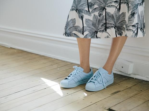 أحذية  Adidas Supercolor الناتجة عن تضامن المغني Pharrall Williams مع العلامة التجارية Adidas.