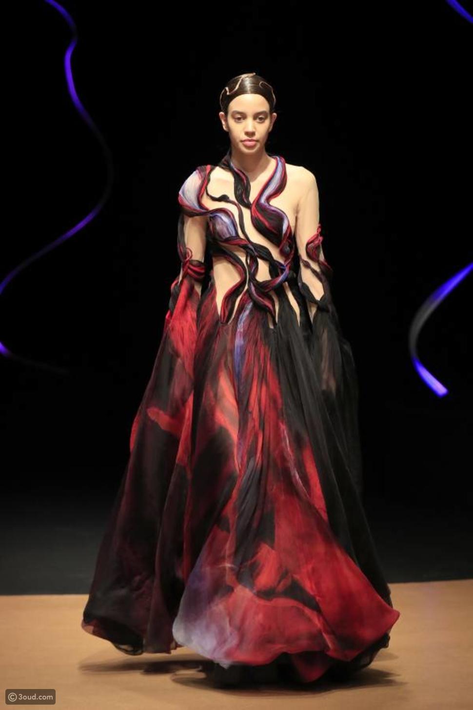 تصاميم باللايزر تميز عرض IRIS VAN HERPEN الراقي لصيف 2020
