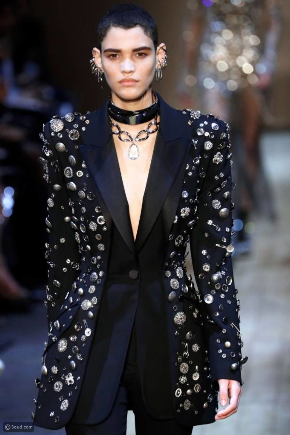 a80ba3db958bf الأزياء الكلاسيكية الجريئة تطبع مجموعة Alexander McQueen لشتاء 2020