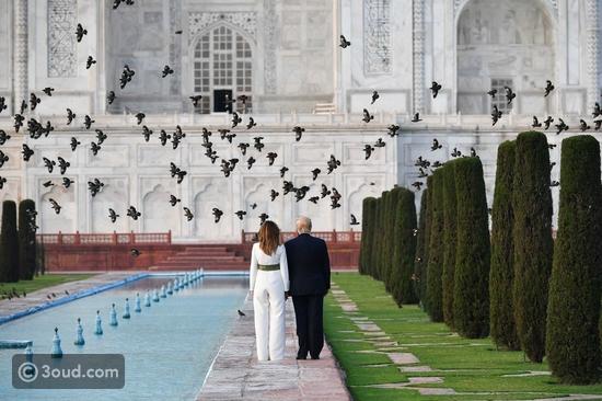 ميلانيا ترامب تتألق بجمبسوت أبيض خلال زيارتها إلى الهند