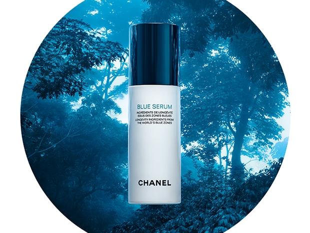 قومي بمحاربة علامات تقدم سن البشرة مع منتج Blue Serum من شانيل