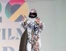 من أجل الحماية من فيروس كورونا هذه المغنية ترتدي بدلة وقائية فاخرة